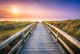 Holzsteg führt durch die Dünen zum Strand