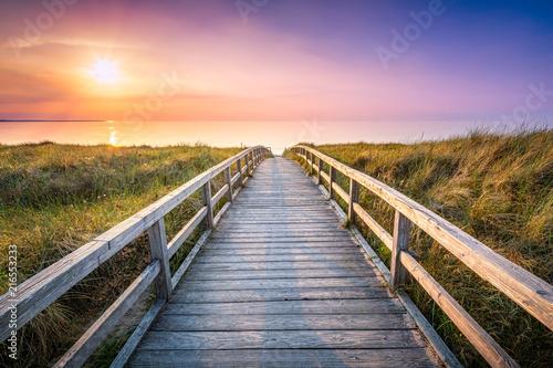 Aluminium Noordzee Holzsteg führt durch die Dünen zum Strand