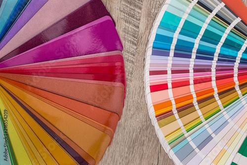 Barwione próbki na drewnianym stołowym tle.