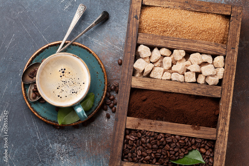 Foto Murales Coffee cup, roasted beans and brown sugar