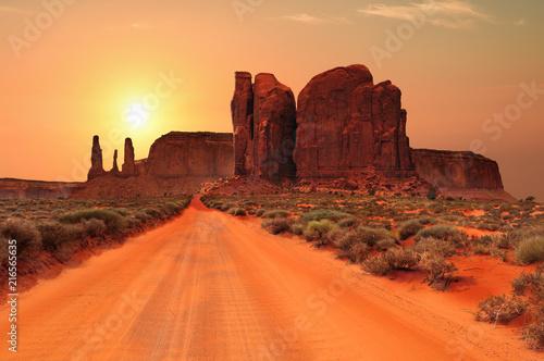 Canvas Oranje eclat Dirt road in Monument Valley Tribal Park, Utah, USA
