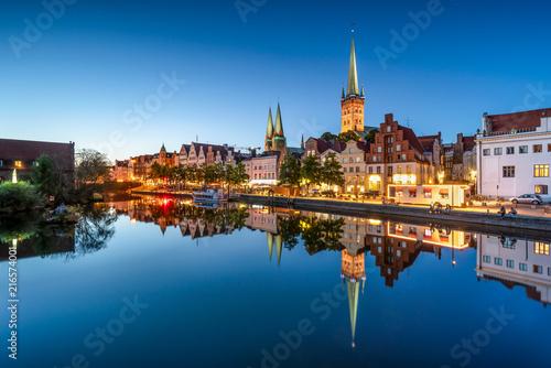 Naklejka Altstadt von Lübeck bei Nacht