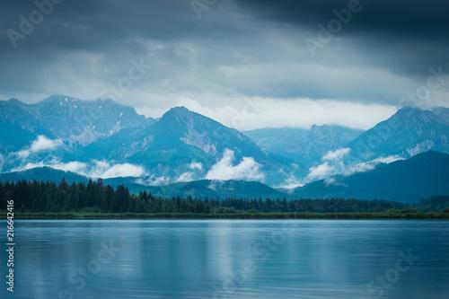 Aluminium Blauwe jeans Sommer Abend mit Regen am See in den Bergen - Hopfensee im Allgäu