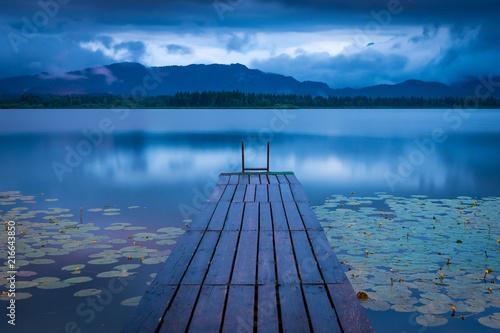 Obraz na płótnie Steg am See an einem Abend mit Regen