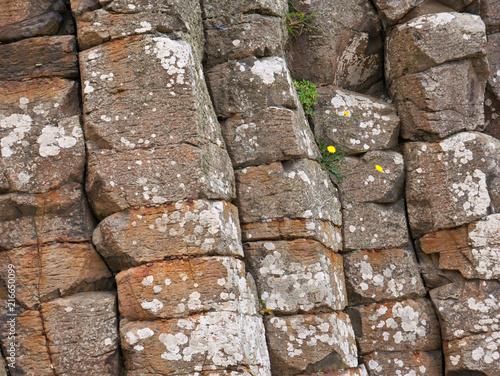 Leinwanddruck Bild Steinformation aus eckigen Steinen an der Küste von Nordirland