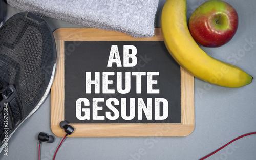 Foto Murales Tafel mit Sportschuhen Banane Apfel Handtuch Fitness Ab heute gesund