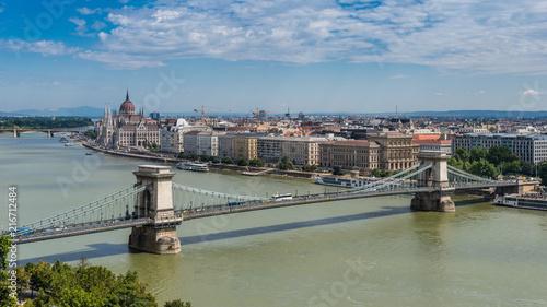 In de dag Boedapest Budapest mit Kettenbrücke und Parlamentsgebäude
