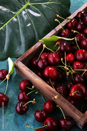 Foto Spatwand Kersen Cherry. Red fresh bunch of cherries on the table
