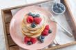 Leinwanddruck Bild - Pfannkuchen mit Beeren