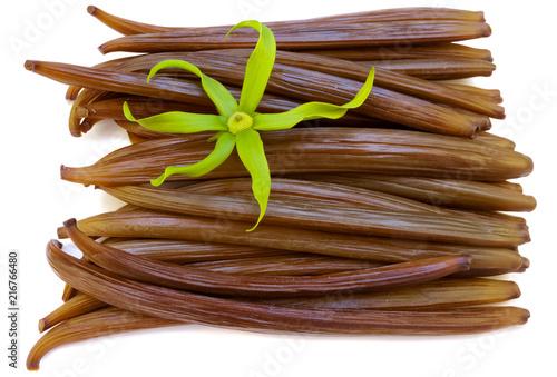 fleur d'ylang-ylang sur gousses fraîches de vanille  - 216766480