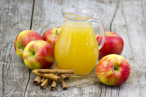 Canvas Sap Apple juice and apples on wooden background