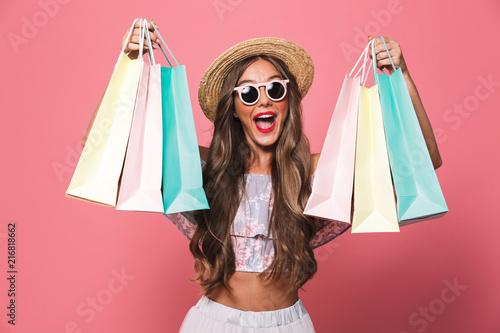 Portret szczęśliwa młoda dziewczyna w lecie odziewa