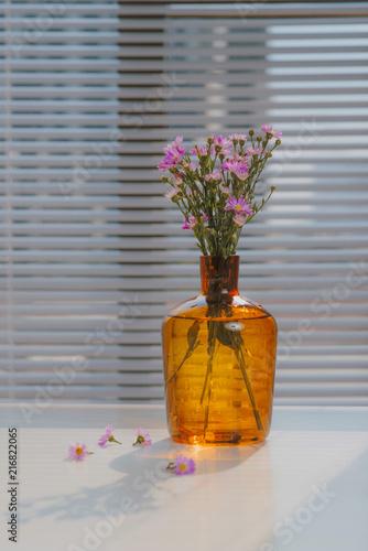 Foto Murales Haethbell in a vase on the windowsill