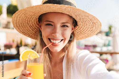 Zachwycony młoda dziewczyna w lecie kapelusz i stroje kąpielowe