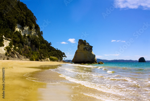 Foto Spatwand Cathedral Cove Cathedral cove rock on the perfect picturesque beach of the Coromandel peninsula