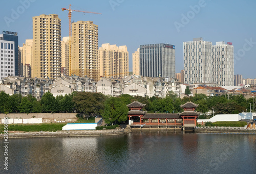 Foto Spatwand Shanghai Guan Yu park at the Jingzhou City ,many area for exercise in the park.