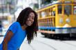 Quadro Junge Brasilianerin mit Strassenbahn