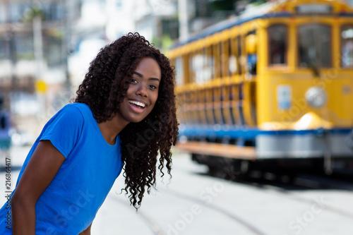 Plexiglas Rio de Janeiro Junge Brasilianerin mit Strassenbahn