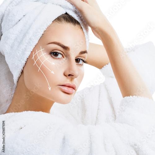 Kobieta w szlafrok z linii podnoszenia na twarzy.