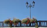 Pont décoré de jardinières et lampadaire