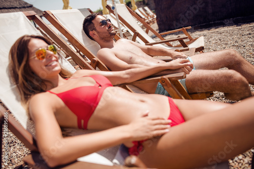 Foto Murales Couple in beach chairs holding hands