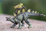 Grashüpfer auf Dinosaurier