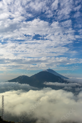 In de dag Natuur volcano Batur, Bali island, Indonesia. Sunrise, cloudy weather