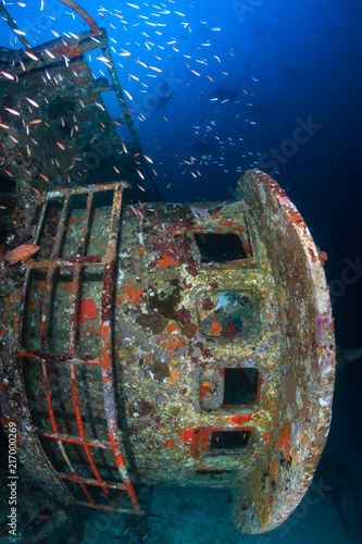 Aluminium Schipbreuk SCUBA divers around a deep, underwater shipwreck in a tropical blue ocean