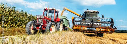Leinwanddruck Bild Getreideernte,Mähedrescher im Weizen Feld