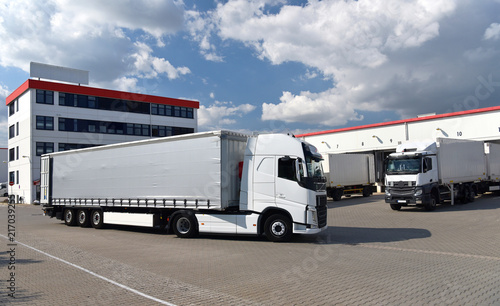 Fototapeta Transport und Lagerung von Waren in einer Spedition // Transport and storage of goods in a forwarding agency