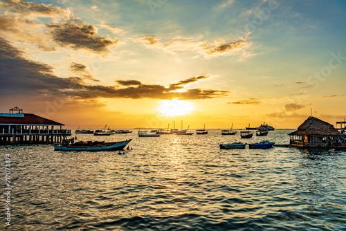 In de dag Zanzibar Sunset in Stone Town, Zanzibar, Tanzania. Zanzibar is a semi-autonomous region of Tanzania in East Africa.