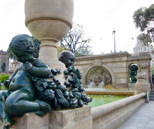 Foto Spatwand Barcelona Fountain with baby sculptures in Barcelona