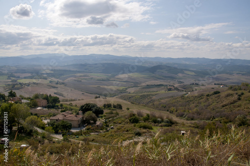 Fotobehang Toscane Tuscan hillside view in Autumn