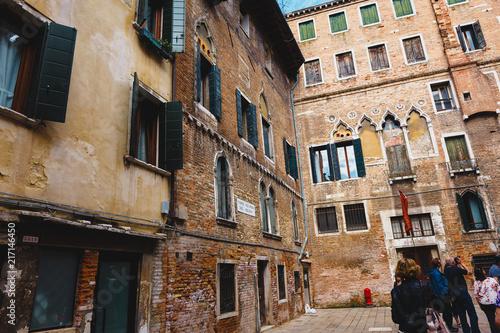 Wenecja, Włochy - 24 maja 2018: Piękna architektura wyjątkowej Wenecji. Pocztówka z widokiem na miasto.