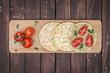 Vegane Reiswafflen mit Hummus und Tomaten von oben