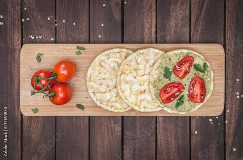 Foto Murales Vegane Reiswafflen mit Hummus und Tomaten von oben