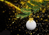 Weihnachtsdekoration mit Kerze und Golf-Weihnachtskugel