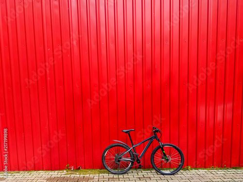 Foto Spatwand Rood MTB bicycle on the trail in the summer season