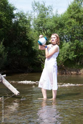 Dziewczyna z dzbankiem w wodzie