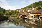 Village de lods en franche comté dans la vallée de la loue avec des reflets dans la rivière