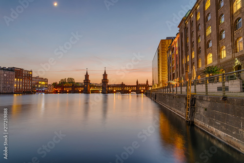 Canvas Berlijn The banks of the river Spree in Berlin with the Oberbaum Bridge in the back after sunset