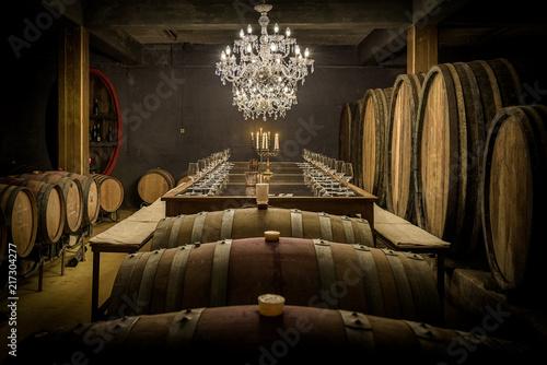 Weinfässer und Verkostungstafel - 217304277
