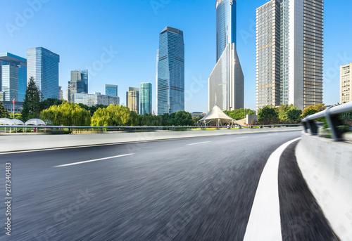 Foto Murales empty asphalt road with city skyline