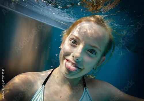 Foto Murales Zungenzeigeportrait unter Wasser