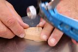 Découpe de bois à l'aide d'une scie à chantourner. Cut wood with a scroll saw.