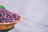 Etalage de marché, olives noires - 217435847