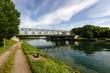 Leinwanddruck Bild - Kanal mit Brücke und Wolken