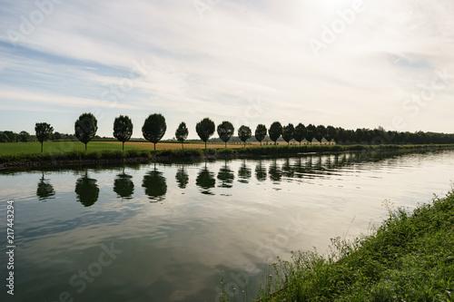 Leinwanddruck Bild Kanal mit Bäumen