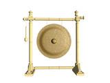 Goldener Gong an Bambusgitter aufgehängt