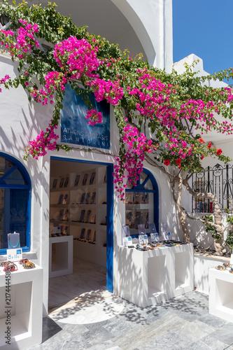 Village de l'Oia sur l'île de Santorin dans les Cyclades en Grèce © Jean-Marie MAILLET